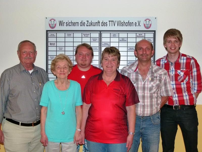 Eingerahmt von den beiden Vorständen Georg Schmöller (l.) und Stephan Katzbichler (r.) wurden die geehrten Vereinsmitglieder (v.l.) Eva Anders, Gerhard Praml, Monika Schönhofer und Winfried Fellner-Zwack.