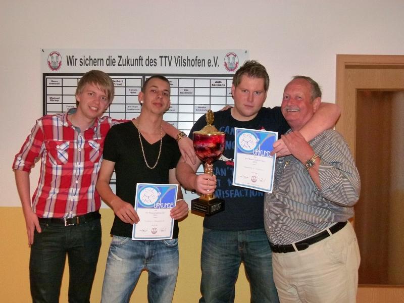 Nahmen den großen Wanderpokal für den Gewinn des 2er-Mannschaftsturniers entgegen: Jonas Vielhuber und Dennis Obermüller (M.v.l.)