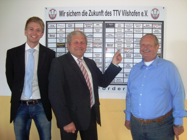 Sehr zur Freude des 1. Vorstands Georg Schmöller (r.) und des 2. Vorstands Stephan Katzbichler (l.) trägt das 100. Feld den Namen des 1. Bürgermeisters der Stadt Vilshofen, Georg Krenn (M.).