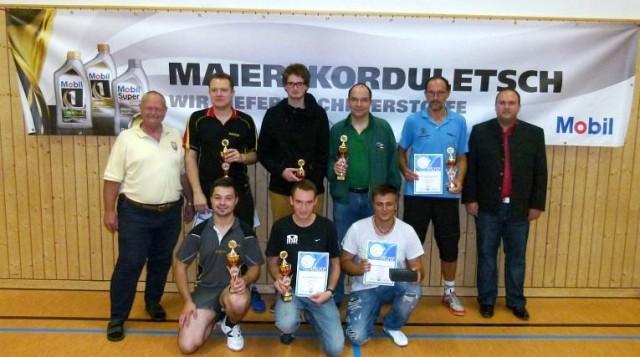 Die Sieger der Herren B und Herren D mit 1. Vorstand Georg Schmöller (l.) und Förderkreis-Vorstand Florian Geier (r.).