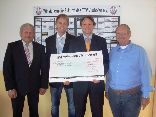Im Beisein von Bürgermeister Georg Krenn (l.) überreichte Christian Melzer (2.v.r.) den Scheck an die beiden TTV-Vorstände Georg Schmöller (r.) und Stephan Katzbichler (2.v.l.).