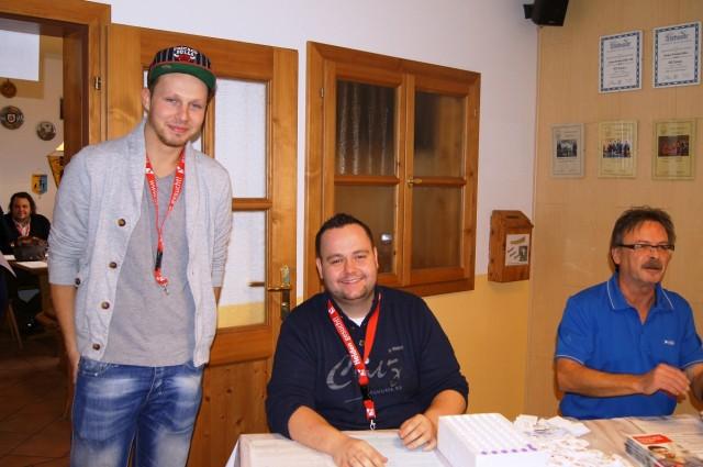 Halfen tatkräftig mit: Die TTV-Spieler Philipp Bauer  und Florian Göttl (v.l.). Bauer wurde als Stammzellenspender  bereits einmal zum Lebensretter.