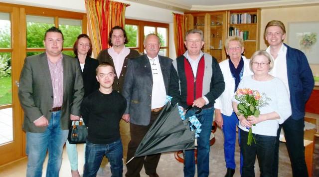 Im Bild die Abordnung des TTV Vilshofen mit 1. Vorstand Georg Schmöller (5.v.r.) und 2. Vorstand Stephan Katzbichler (r.) beim Schirmherrenbitten bei Landrat Franz Meyer, der aus den Händen von Georg Schmöller symbolisch den Schirm übernahm.