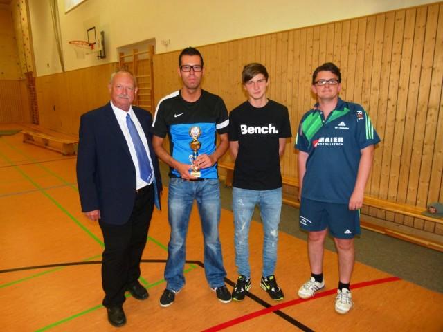 Sieger der Bezirksliga-Gruppe: Rainer Lendner (TTC Fortuna Passau) und Lucas Stöger (TV Ruhmannsfelden) mit Turnierleiter Sebastian Schacherl (r.) und 1. Vorstand Georg Schmöller (l.)
