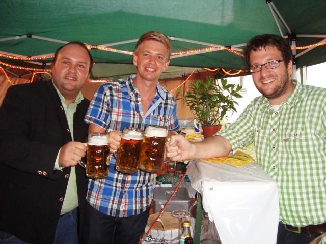 Stießen gemeinsam auf die neuen Vereinsmeister und das gelungene Sommerfest an: Förderkreis-Vorstand Florian Gams, 2. Vorstand Stephan Katzbichler und 1. Bürgermeister Florian Gams