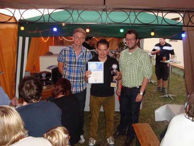 Neuer Vereinsmeister im Einzel: Peter Sterr (M.) wurde von Bürgermeister Florian Gams (r.) und 2. Vorstand Stephan Katzbichler (l.) der Siegerpokal überreicht.