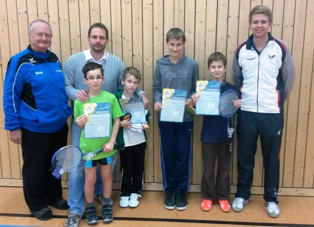 Die Sieger der mini-Meisterschaft mit 1. Vorstand Georg Schmöller (l.), 2. Vorstand Stephan Katzbichler (r.) und Turnierleiter Thorsten Schmöller (2.v.l.).