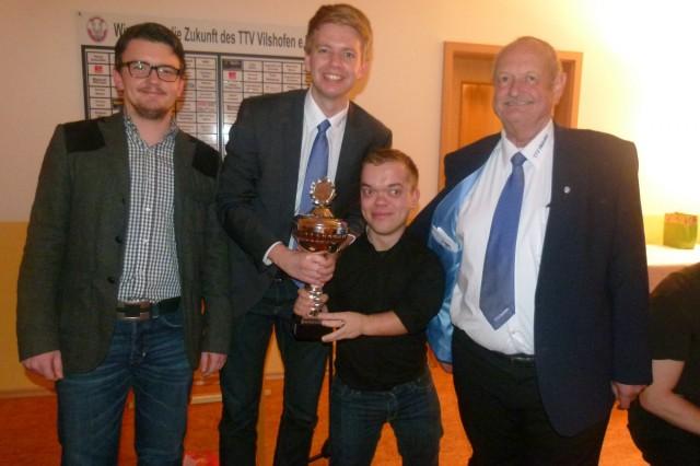Der 1. Vorstand Georg Schmöller (r.) überreichte zusammen mit Turnierleiter Sebastian Schacherl (l.) den Siegern Stephan Katzbichler (2.v.l.) und Andreas Hessheimer (2.v.r.) den großen Wanderpokal für den Gewinn des Weihnachtsdoppelturniers.