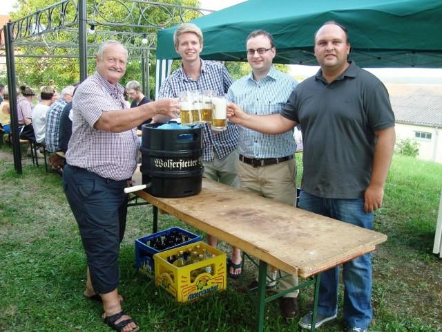 Auf die Erfolge angestoßen haben der 1. Vorstand Georg Schmöller (v.l.), 2. Vorstand Stephan Katzbichler, Stadtrat Stefan Meyer sowie Förderkreisvorsitzender Florian Geier.