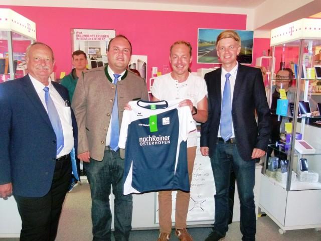 Die Vereinsverantwortlichen bedankten sich bei Sponsor Bernd Nachreiner (2.v.r.) für die Unterstützung, ohne die die Ausstattung aller Vereinsmannschaften mit den neuen Aufwärm- und Trainingsshirts nicht möglich gewesen wäre.