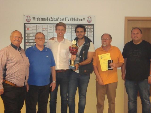 Die Sieger des 2er-Mannschaftsturniers Stephan Katzbichler und Ibrahim Ertürk (Mitte) sowie die für langjährige Mitgliedschaft ausgezeichneten Walter Schönhofer (2.v.l.) und Gerhard Waldmann (2.v.r.) mit 1. Vorstand Georg Schmöller (l.) und Förderkreis-Vorsitzendem Florian Geier (r.)