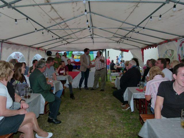 Gut gefüllt: Das Zelt beim Sommerfest